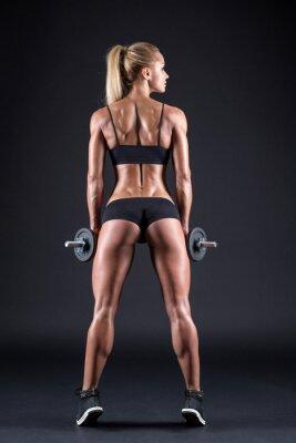Affisch Porträtt av en vacker flicka idrottsman med en hantel i studio