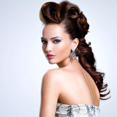 Affisch Porträtt av en vacker kvinna med kreativ frisyr