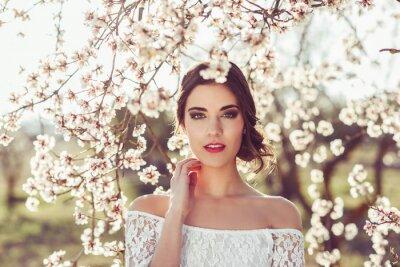 Affisch Porträtt av ung kvinna i den blomstrande trädgården på våren tim