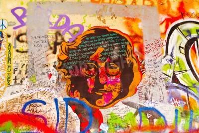 Affisch Prag, Tjeckien - SEPTEMBER 11, 2014: Kända John Lennon Wall på Kampa Island i Prag är fylld med Beatles inspirerade graffiti och bitar av texter sedan 1980-talet. Graffities dras på da