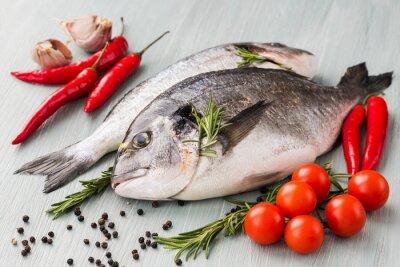 Affisch Rå färsk dorado fisk med grönsaker och kryddor