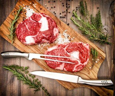 Affisch Rå färskt kött Ribeye biff med örter och kryddor. retrostil