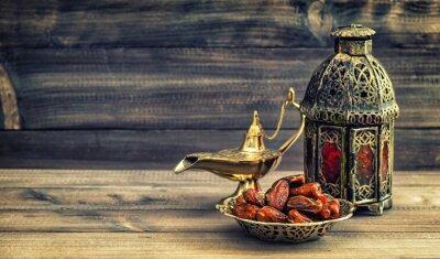 Affisch Ramadan lampa och datum på trä bakgrund. orientalisk lykta
