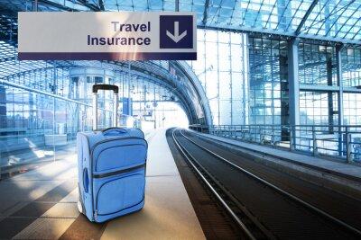 Affisch Reseförsäkring. Blå resväska vid järnvägsstationen