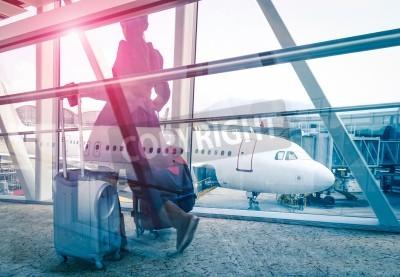 Affisch Resekoncept med kvinnan och resväska rör sig snabbt till flygplatsterminalen gate - Dubbel exponering ser med fokus på flygplan i bakgrunden - Violet marsala sol flare med vintage filtrerad redigering