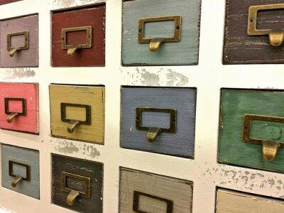 Affisch retro arkivskåp med färgglada lådor