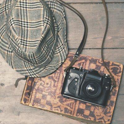 Affisch retro kamera med vintage trilby hatt och fotoalbum på trä b
