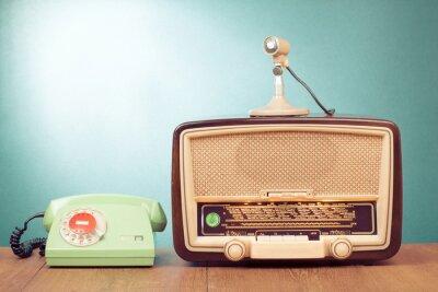 Affisch Retro radio med grönt ljus, mikrofon och telefon på bordet