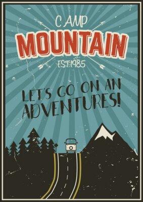 Affisch Retro sommar eller vinter semester affisch. Resor och semester broschyr. Camping promo banner. Vintage RV, berg, träd, pilar vektor designkoncept, element. Motivational bokstäver.