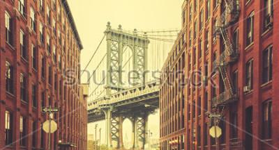 Affisch Retro stiliserad Manhattan Bridge sett från Dumbo, New York.