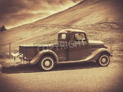 Affisch Retro Style Sepia bild av en Vintage lastbil på landsbygden