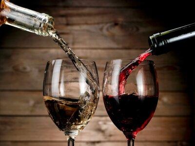 Affisch Rött och vitt vin hälla på trä bakgrund