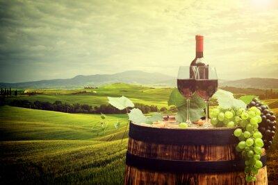 Affisch Rött vin flaska och ett glas vin på wodden fat. Italien