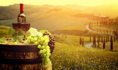 Affisch Rött vin med fat på vingård i grönt Toscana, Italien