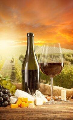 Affisch Rött vin stilleben med vingård på backgorund