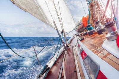 Affisch segelbåt navigerar på vågorna