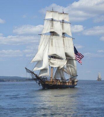 Affisch Segelfartyg med amerikanska flaggan seglar på blått vatten