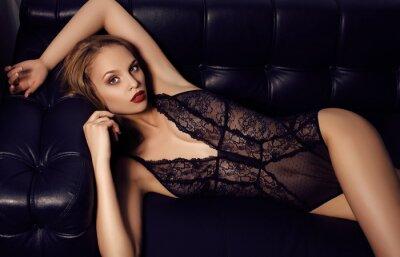 Affisch sensuell flicka med långt mörkt hår klädd i lyxig spets underkläder