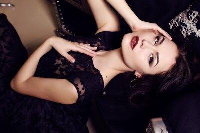 Affisch sexig kvinna i svart klänning posera i lyxig interiör