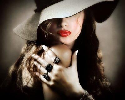 Affisch Sexig ung vacker kvinna med röda läppar, vintage smycken kyss