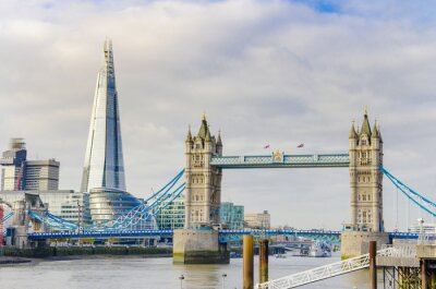 Affisch Skärvan och Tower Bridge på Themsen i London, UK