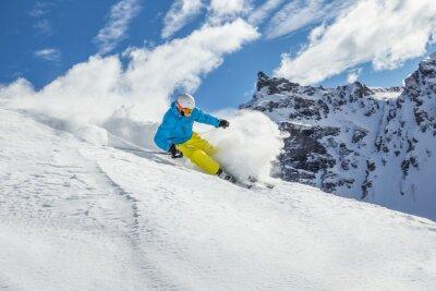 Affisch Skidåkare skiing downhill i höga berg