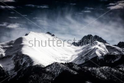 Affisch Snötäckta toppar i Tatrabergen. Filtrerad stil.