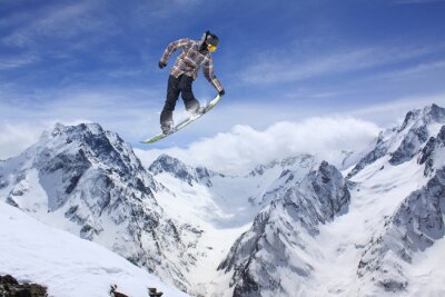 Affisch Snowboard hoppa på bergen. Extrem sport.