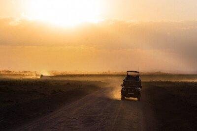 Affisch Solnedgång i afrikanska savannen, silhuetter av safari bil och djur, Afrika, Kenya, Amboseli nationalpark