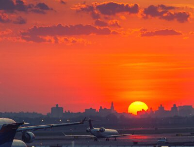 Affisch Solnedgång på flygplatsen med flygplan redo att ta bort