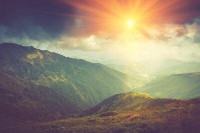 Affisch Sommar fjällandskapet vid solsken. Vandringsled i bergen.