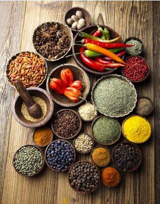 Affisch Sortiment av kryddor i träskål bakgrund