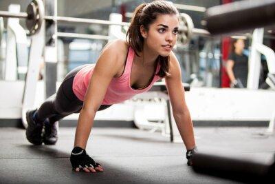 Affisch Söt brunett tränar på ett gym