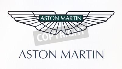 Affisch St Petersburg, Ryssland 10 februari 2015: Aston Martin logotypen på skärmen. Är en berömd värld varumärke.