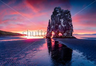 Affisch Stor basaltstapel Hvitserkur på den östra stranden av Vatnsnes halvön. Färgglada sommar soluppgång i nordvästra Island, Europa. Skönhet av natur begrepp bakgrund.