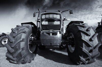 Affisch stora jordbrukstraktor under stormig himmel