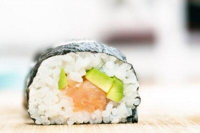 Affisch Sushi med lax, avokado, ris i tång och ätpinnar på träbord