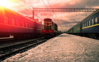 Affisch tåg i strålar av den röda solen