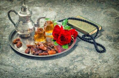 Affisch Te och röd ros blomma, helig bok Koranen och radband. ramadan kar
