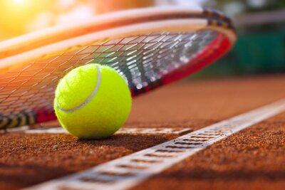 Affisch .tennis boll på en tennisbana