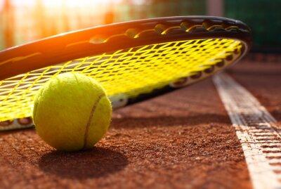 Affisch tennisboll på en tennisbana