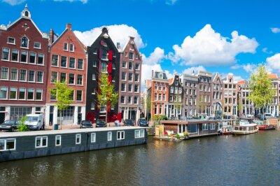 Affisch Traditionell Amsterdam stadsbild med hyreshus i down town. Nederländerna.