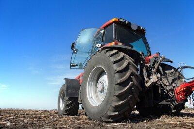 Affisch Traktor som arbetar inom området solig dag