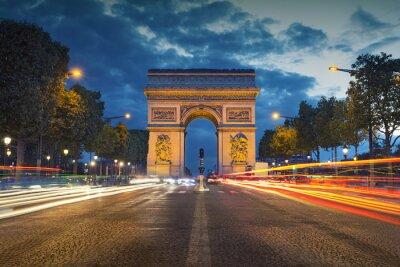 Affisch Triumfbågen. Bild av den ikoniska Triumfbågen i Paris staden under skymning blå timme.