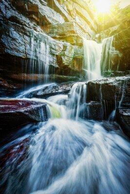 Affisch Tropisk vattenfall med solstrålar