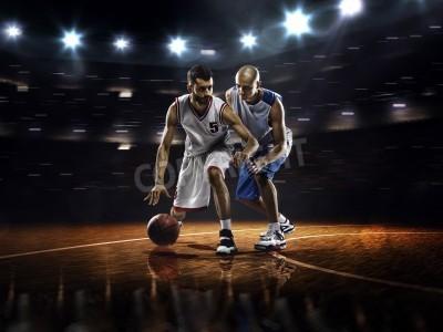 Affisch Två basketspelare i aktion i gymmet i ljus