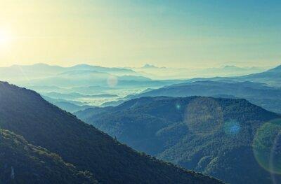 Affisch tvär bearbetade utsikt över soluppgången över bergskedjan