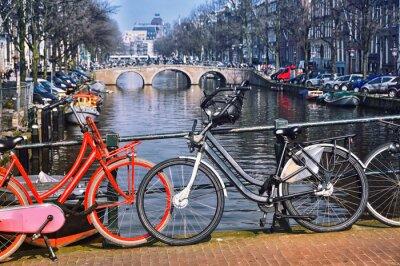 Affisch Typiska bergcyklar i Amsterdam på bron