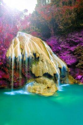 Affisch underbara vattenfall med färgglada träd i Thailand