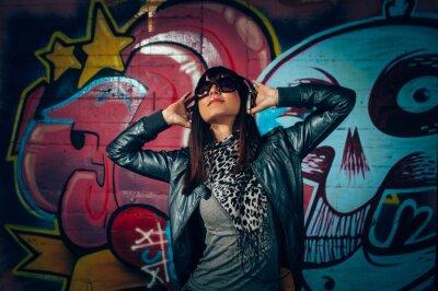 Affisch Ung kvinna med hörlurar njuter av musiken